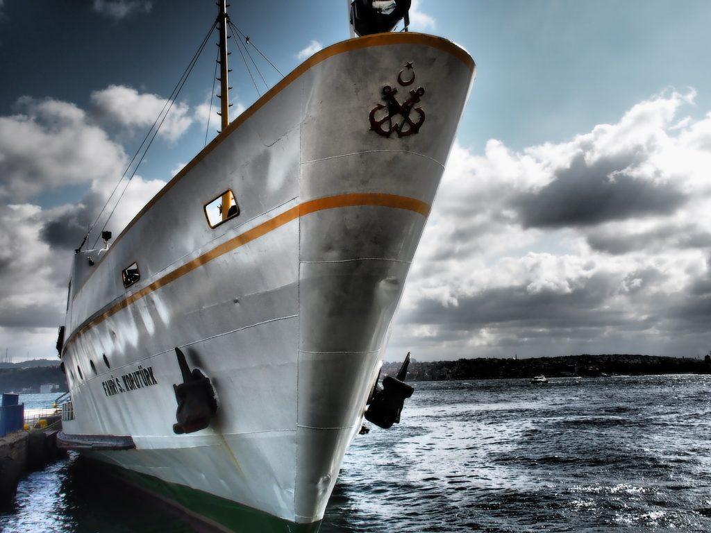 Los buques y barcos mercantes contaminan mucho el agua