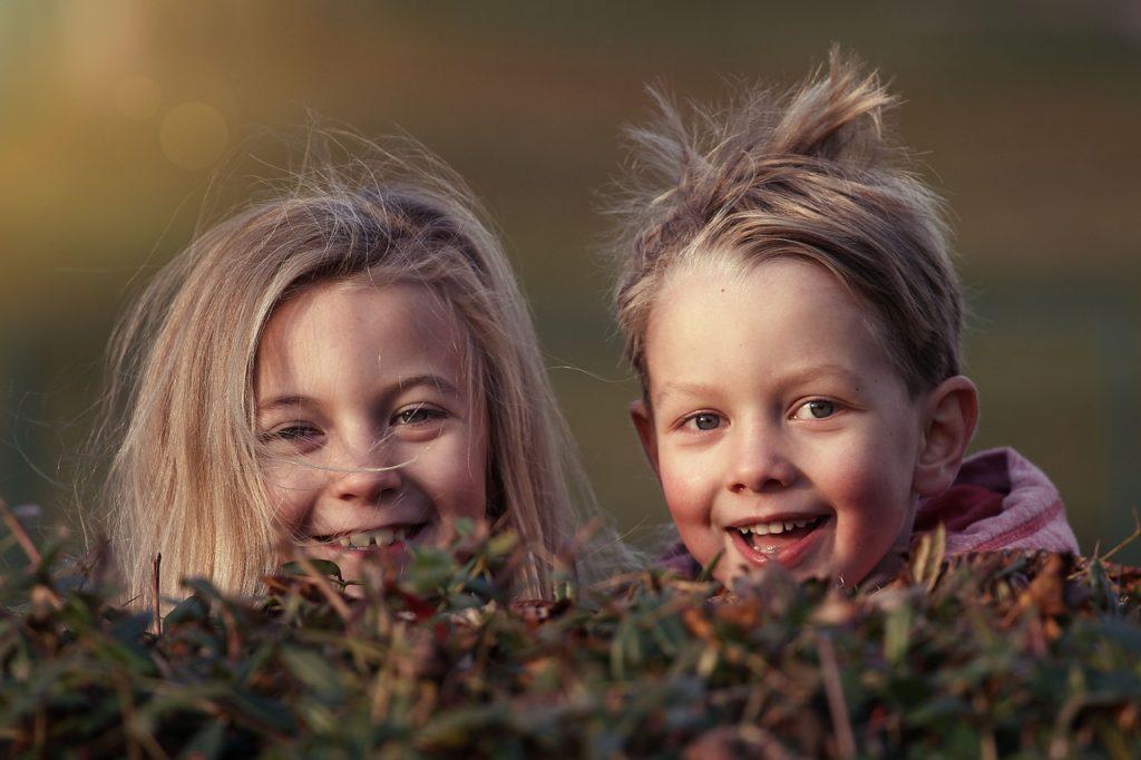 niños con la contaminación sonora